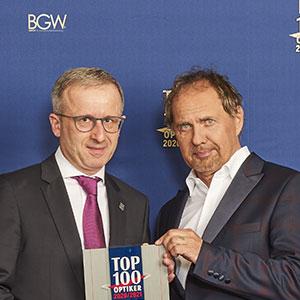 Ausgezeichnet in den letzten Jahren als einer der Top-100 Optiker. Hier Hans-Hermann Wolff bei der Entgegennahme der Auszeichnung mit Uwe Ochsenknecht.