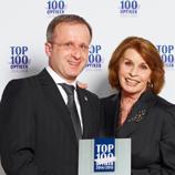 Ausgezeichnet in den letzten Jahren als einer der Top-100 Optiker. Hier Hans-Hermann Wolff bei der Entgegennahme der Auszeichnung mit Senta Berger.